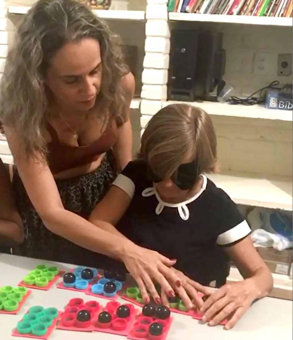 Daniela ensina braille com mesmo método em que ela foi alfabetizada: tampinhas plásticas e bolinhas de gude — Foto: Arquivo pessoal