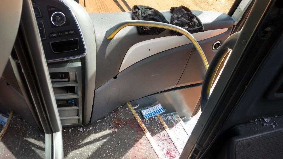 Ônibus no qual tiroteio na BR-040 terminou com um PM e dois assaltantes mortos (Foto: PRF/Divulgação)