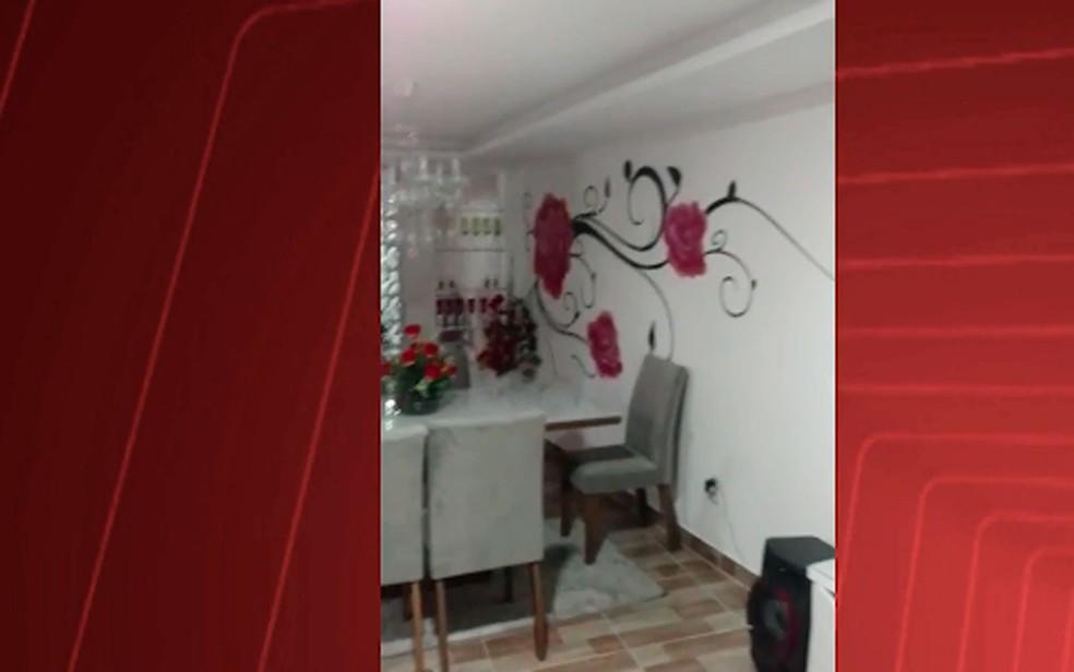 Sala de casa usada por traficante no Nordeste de Amaralina, em Salvador (Foto: Divulgação / SSP-BA)