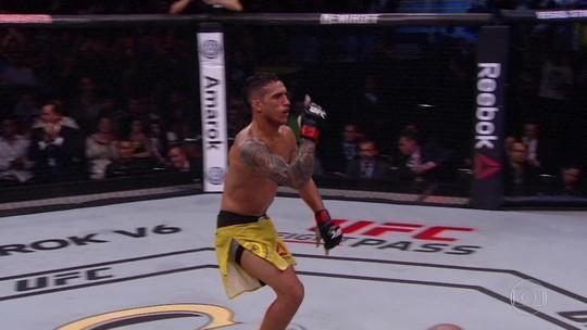 Charles do Bronx faz história, quebra recorde de Royce Gracie e finaliza Christos Giagos no UFC SP