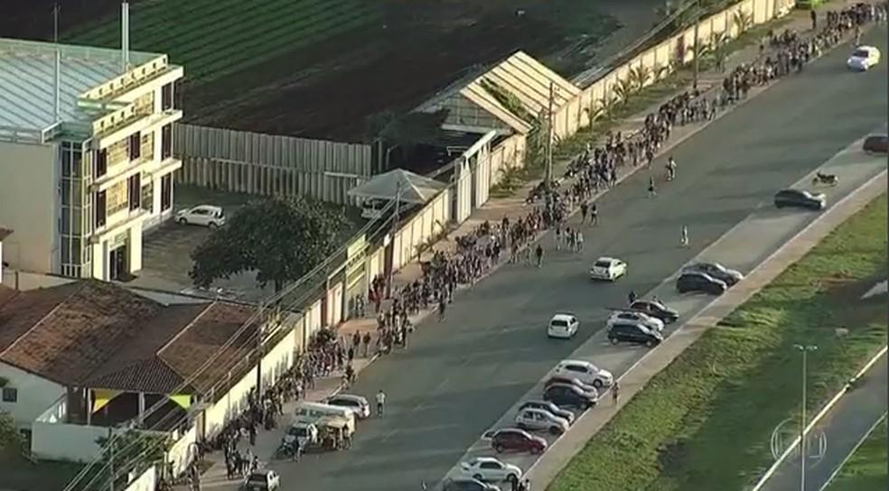 Anúncio de emprego em supermercado no DF provoca fila gigantesca — Foto: TV Globo/ Reprodução