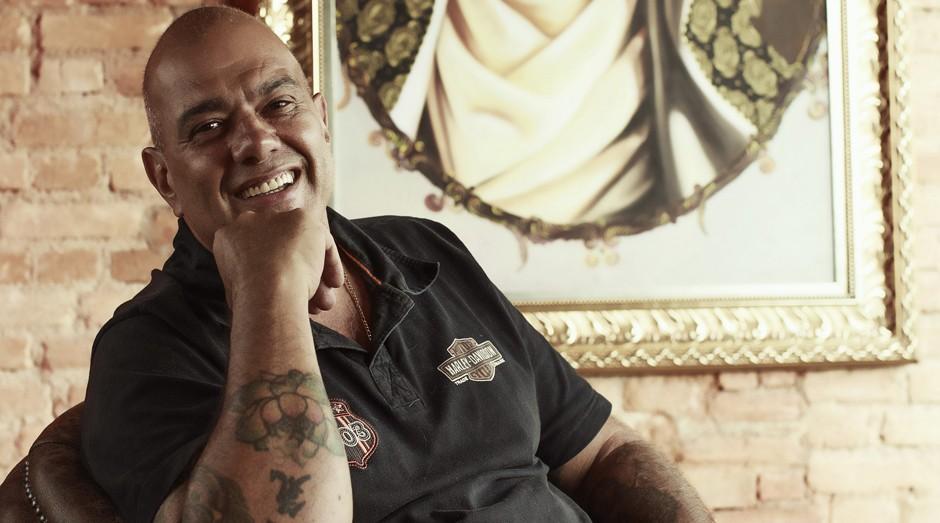 """Sérgio Maciel, que abriu o estúdio de tatuagem Led's em 1982. """"A gente sofria muito preconceito"""", diz. Hoje, assina coleção da C&A (Foto: Julia Rodrigues)"""