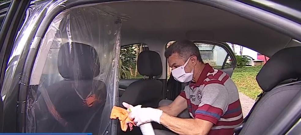 Motoristas de aplicativo improvisam proteção com plástico para evitar coronavírus — Foto: TV Vanguarda/Reprodução