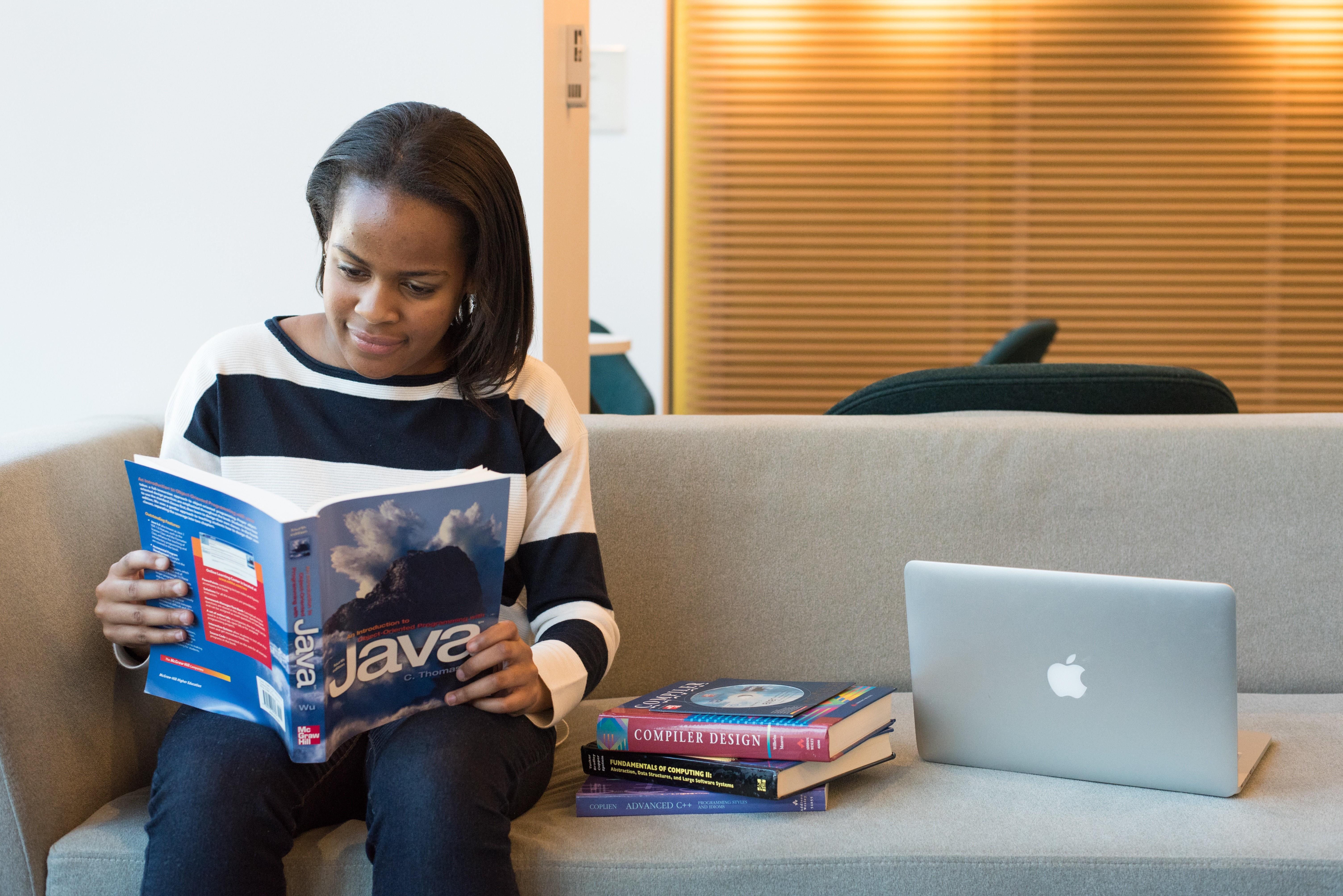 Garota estudando Java. (Foto: Christina Morillo from Pexels)