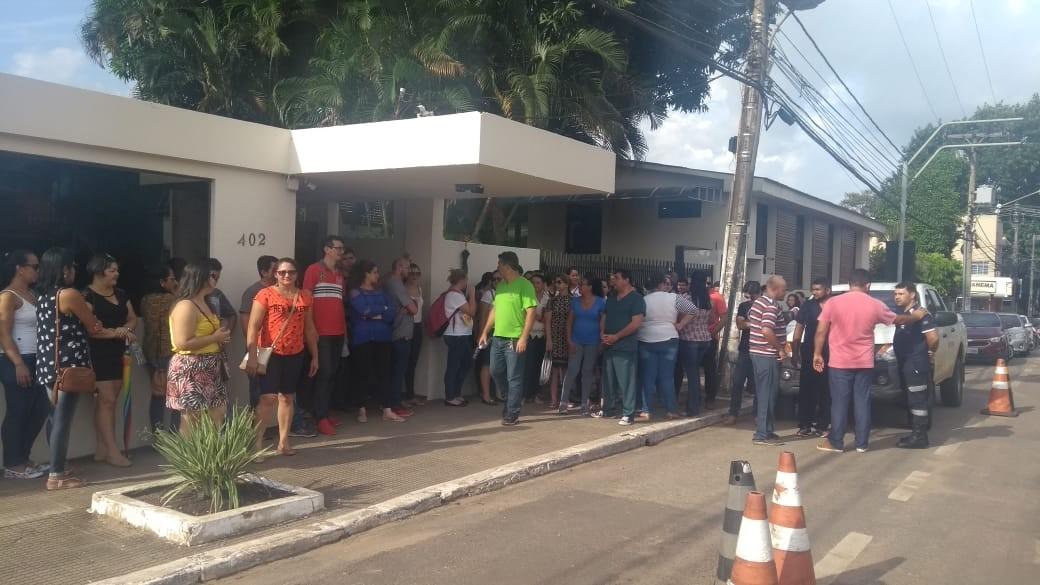 Servidores do Pró-Saúde cobram regularização durante protesto em Rio Branco