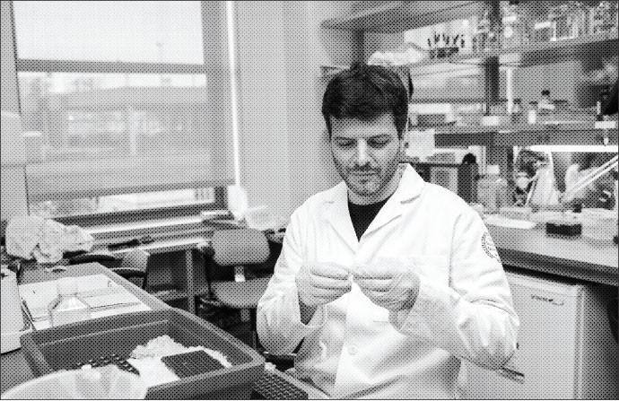 Ao trocar a carreira de pianista pela de pesquisador, Gabriel trabalhou por um ano como voluntário em um laboratório (Foto: Divulgação)