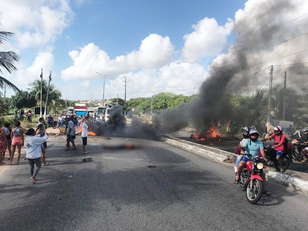 Corpo foi jogado no meio da Avenida Felizardo Moura, interrompendo o trânsito nos dois sentidos (Foto: Kleber Teixeira/Inter TV Cabugi)