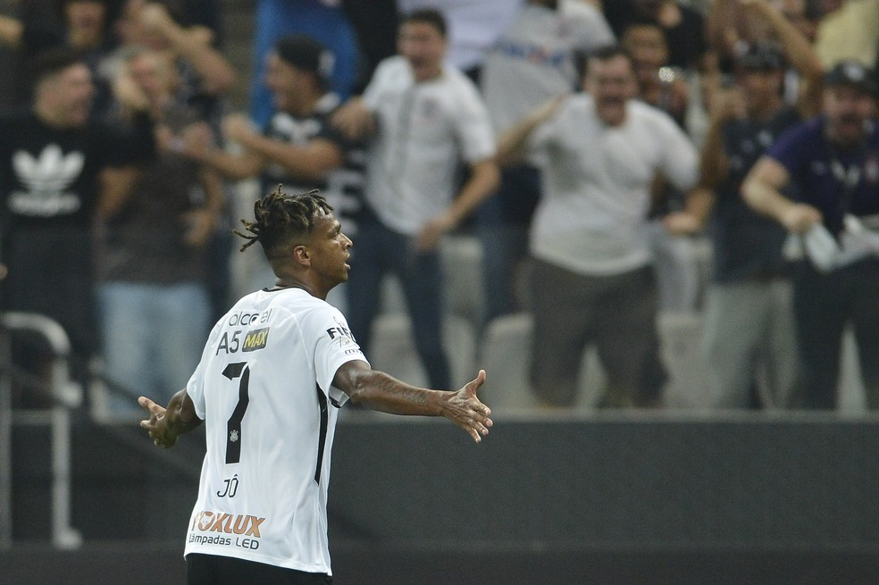 Jô fez primeiro gol do Corinthians contra o Coritiba, nesta quarta (Foto: Mauro Horita)