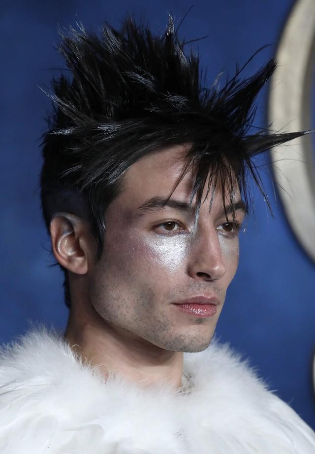 Close no make de Ezra Miller para première em Londres (Foto: Getty Images)