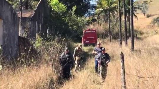 Polícia e Bombeiros trabalham para retirar corpos de dentro de poço em Queimados