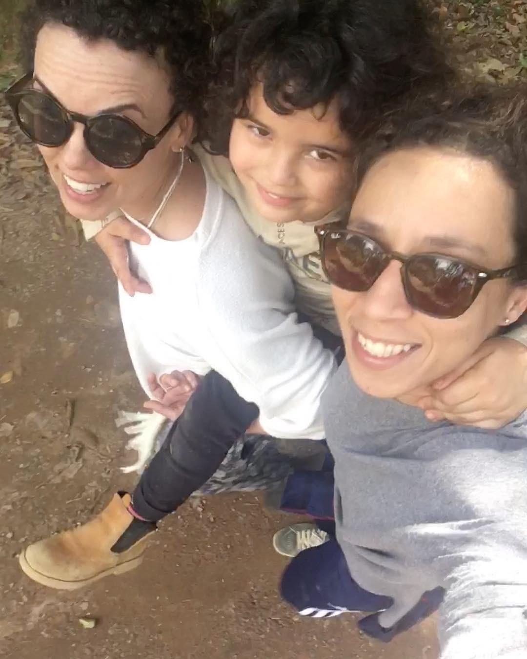 Thalita Carauta com a companheira, Linoca, e o filho, Bento, 5 anos (Foto: Reprodução/Instagram)