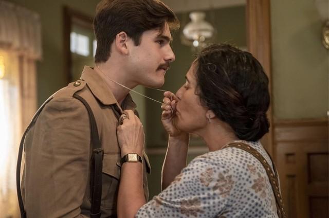 """Alfredo (Nicolas Prattes) e Lola (Gloria Pires) em """"Éramos seis"""" (Foto: Divulgação)"""
