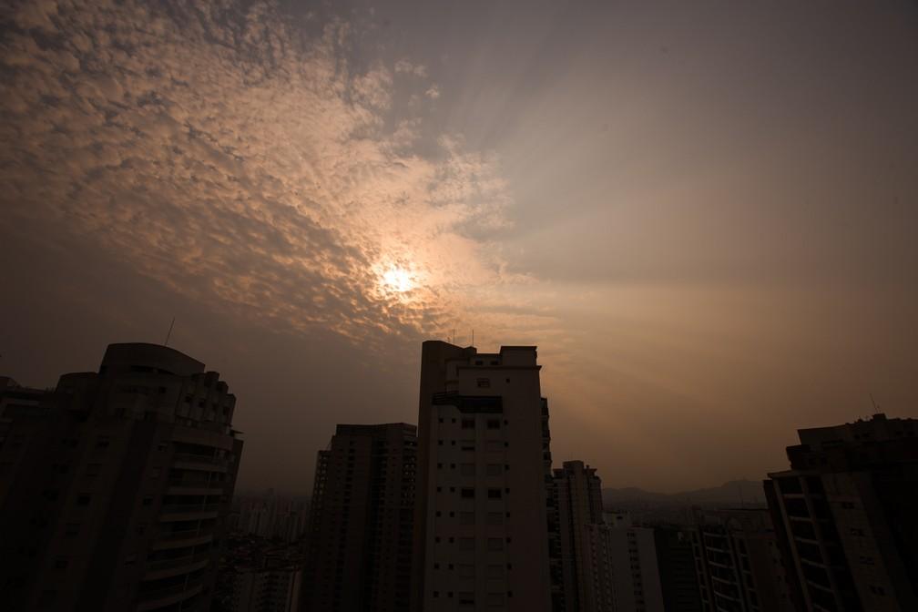 Vista céu alaranjado no Alto da Lapa, na zona oeste de São Paulo, na tarde desta sexta-feira (18). Uma nuvem de fumaça provocada pelas queimadas no Pantanal avança sobre o estado de São Paulo. — Foto: ANDRE LUCAS/ESTADÃO CONTEÚDO