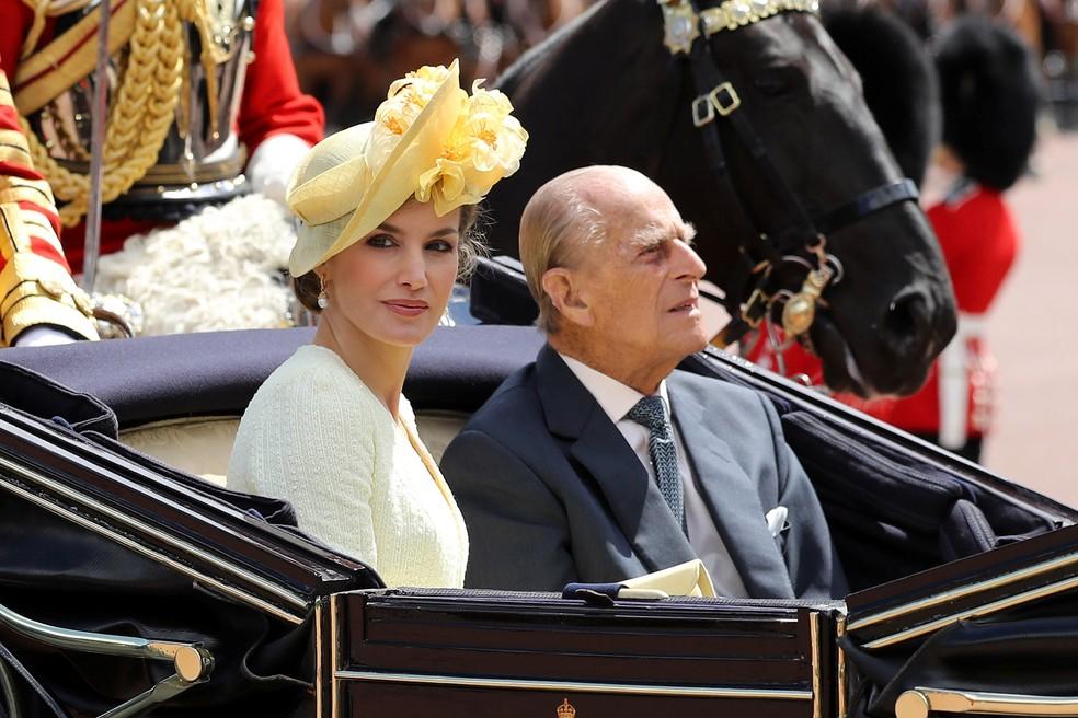 Príncipe Philip e rainha da Espanha, Letizia, chegam ao Palácio de Buckingham, em Londres, nesta quarta-feira (12)  (Foto: Dan Kitwood/ Reuters)