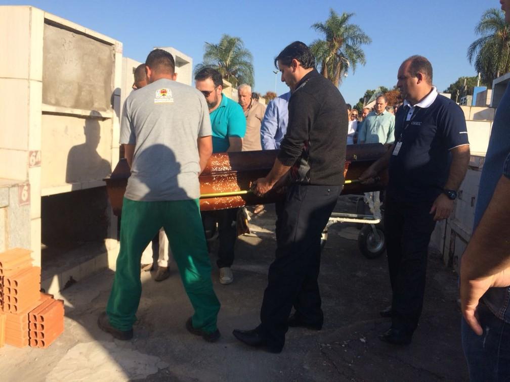 Radialista morto em acidente no Beach Park é enterrado em Sorocaba (Foto: Carlos Dias/G1)