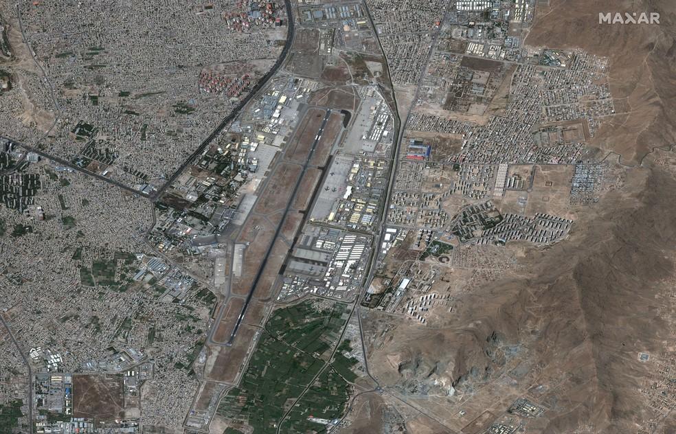 Imagem de satélite da Maxar Technologies mostra o Aeroporto Internacional de Cabul, capital do Afeganistão, em 27 de agosto de 2021, um dia após o atentado terrorista em um dos portões do local — Foto: Maxar Technologies via AP