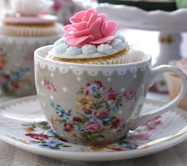 Cupcakes são ótimos acompanhamentos para o chá. Que tal servi-los dentro de uma xícara também? (Foto: Rogério Voltan/Editora Globo)
