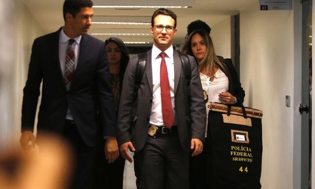 Agentes da PF deixam gabinete do senador Fernando Bezerra Coelho
