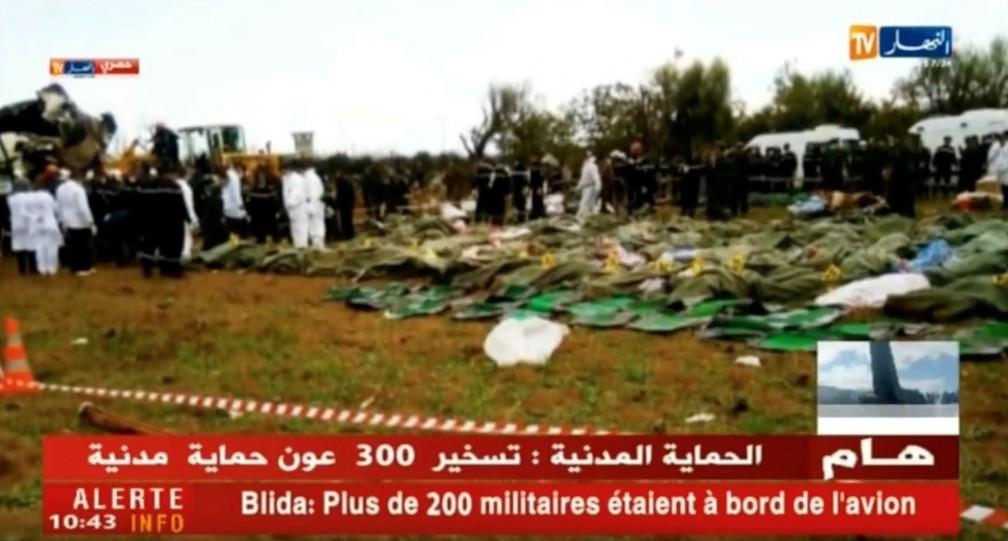 Corpos são vistos após queda de avião militar perto de Argel, na Argélia. Mais de 200 pessoas morreram no acidente (Foto: Ennahar TV/Divulgação/via Reuters)
