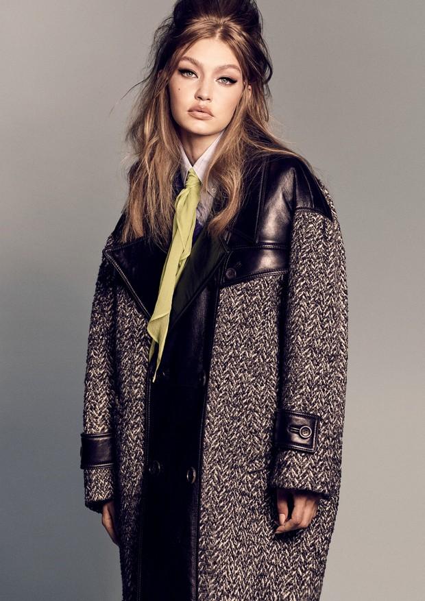 Gigi Hadid usa casaco, tricô, camisa e lenço, tudo Miu Miu.  (Foto: Luigi & Iango)