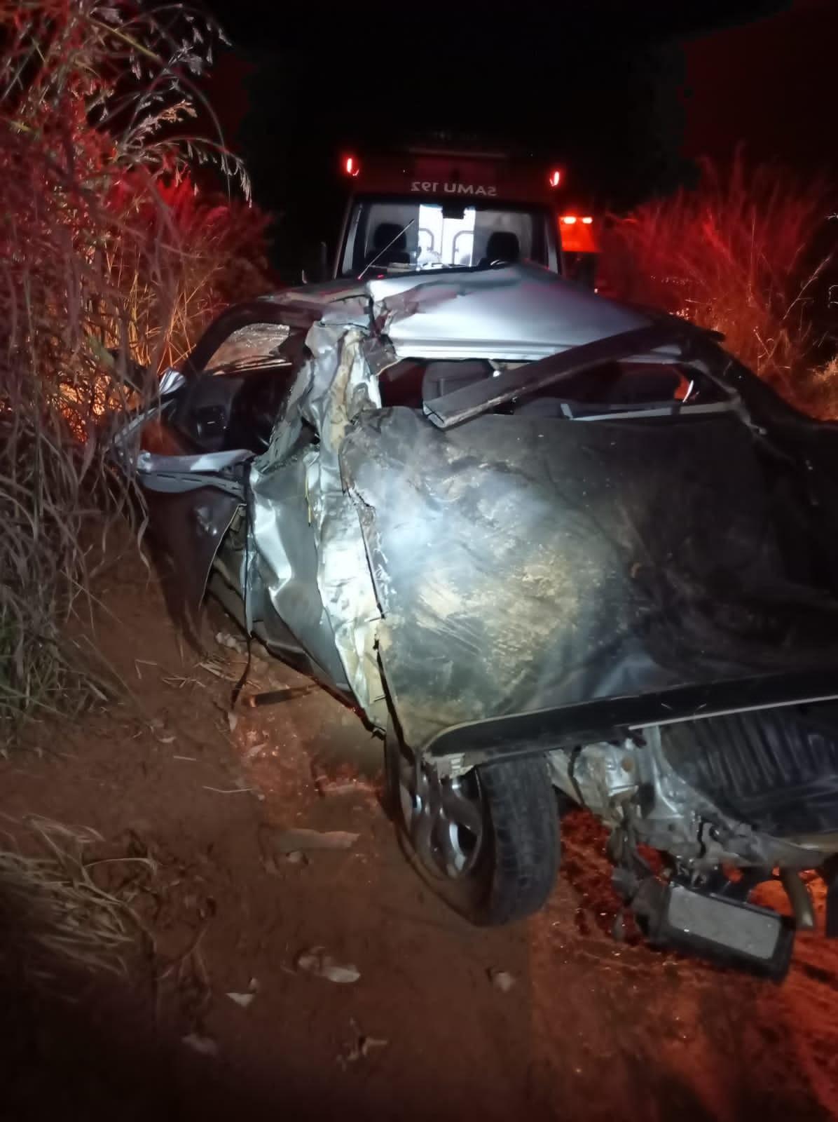 Dois homens ficam feridos em acidente entre carro e caminhão na BR-251