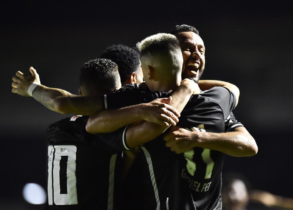 jogadores do Vasco comemora gol contra o Goiás — Foto: André Durão