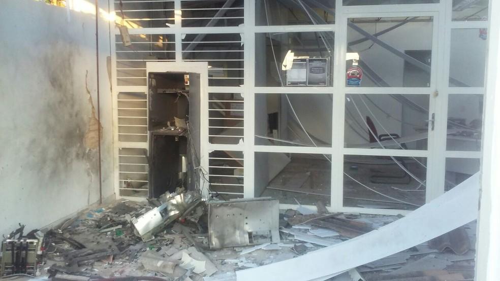 Posto de atendimento do Bradesco ficou destruído após ação de criminosos (Foto: Divulgação)