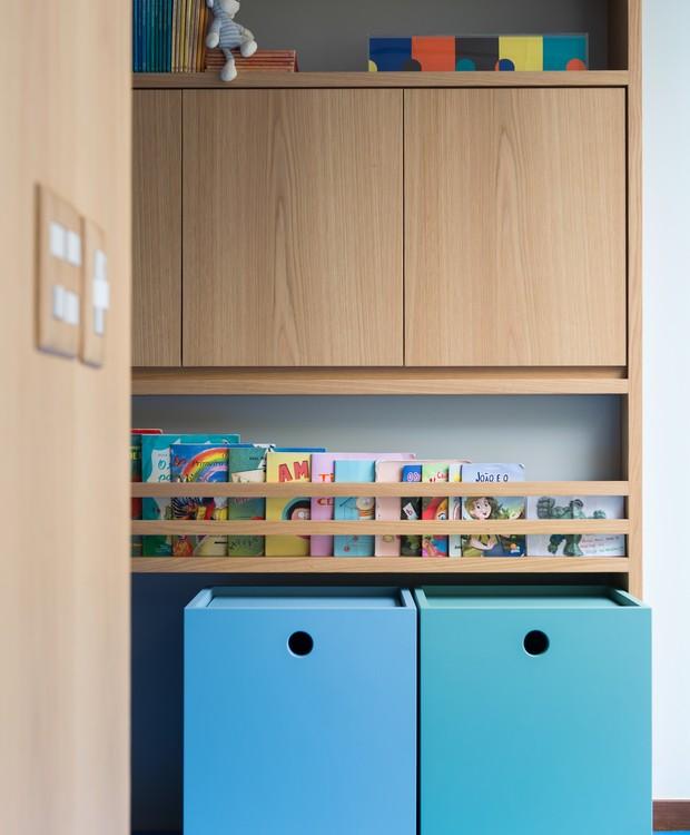 Os livros ficam ao alcance das mãozinhas curiosas. Nos caixotes coloridos e com rodízios, cabem mais brinquedos volumosos  (Foto: Salvador Cordaro/Divulgação)