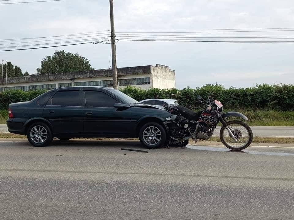 Motociclista é socorrido com ferimentos leves após moto ficar cravada em carro em Salto de Pirapora