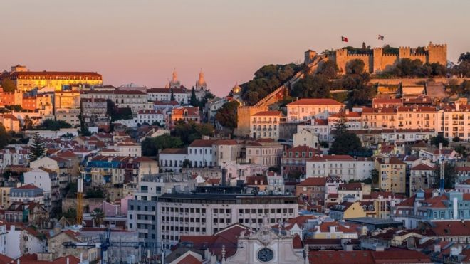 Áreas históricas como Alfama, em Lisboa, atraem cada vez mais interessados, mas investimentos vêm cada vez mais se descentralizando, para onde há preços menores (Foto: Getty Images)