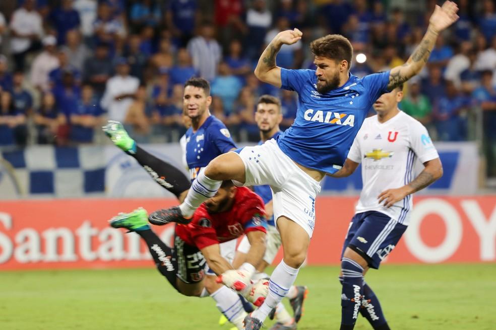 Rafael Sobis marca o sétimo gol do Cruzeiro diante de La U, concretizando o sonho do torcedor cruz (Foto: Paulo Fonseca/EFE)