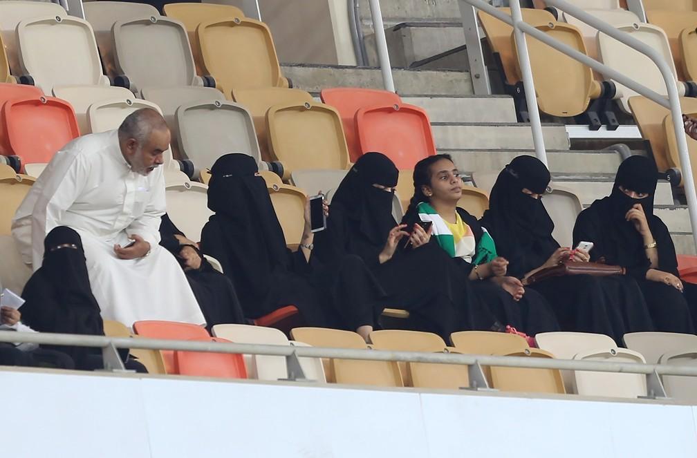 Mulheres assistem a jogo de futebol em Jeddah, na Arábia Saudita (Foto: AFP)