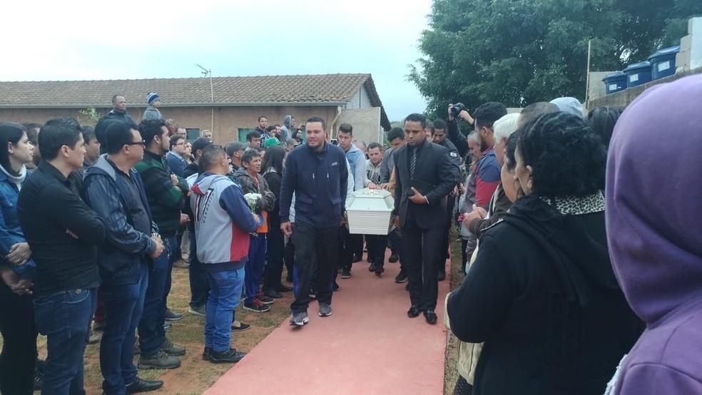 O pai da Vitória Gabrielly (à esquerda na foto) ajuou a carregar o caixão da filha (Foto: Matheus Fazolin/G1)