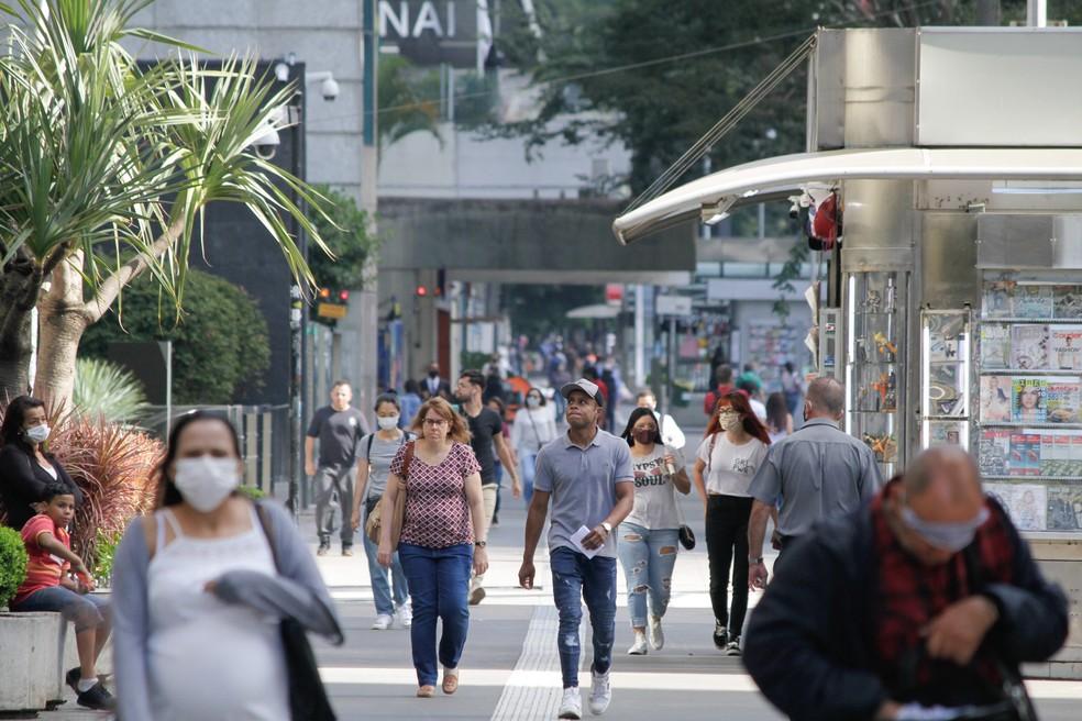 Movimentação intensa de pedestres, alguns usando máscaras de proteção, na Avenida Paulista, região Central de São Paulo, na manhã desta segunda-feira (27) — Foto: Fábio Vieira/Estadão Conteúdo