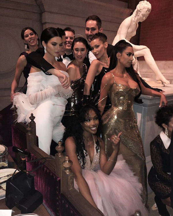 Kylie Jenner, Bella Hadid, Kendall Jenner, Eva Chen, Kim Kardashian, SZA, Cole Sprouse, Nicole Systrom, Kevin Systrom e Liza Koshy formaram a animada mesa do Instagram. (Foto: Reprodução/Instagram)