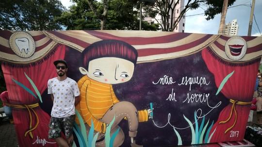 Painel do artista Digo Cardoso é montado em Chapecó