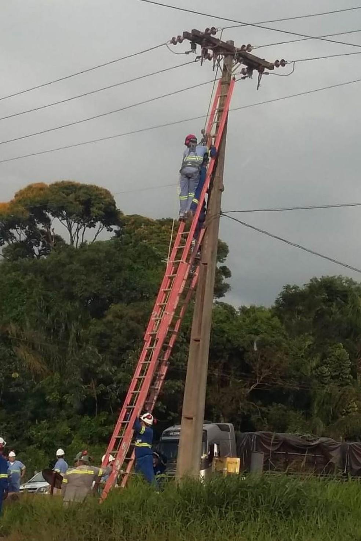 Vítima morreu na hora, após levar descarga elétrica. — Foto: Reprodução
