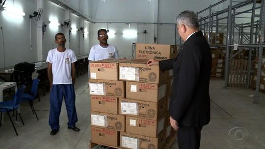 Caminhões são carregados com urnas que serão enviadas às zonas eleitorais de Maceió para o 2º turno
