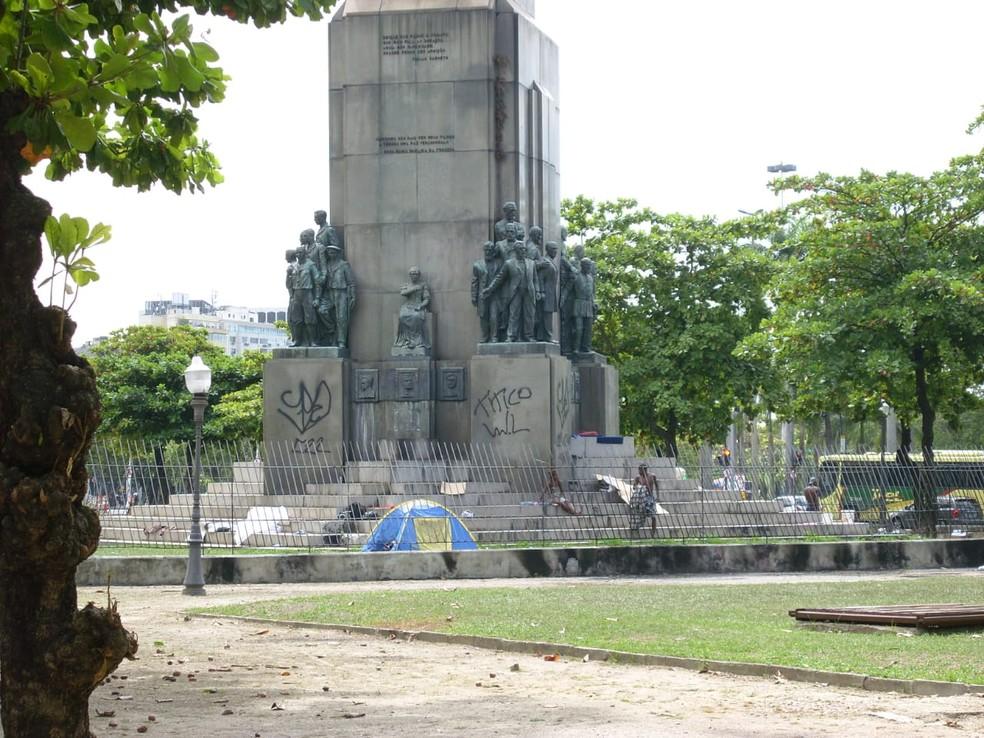Monumento ao Marechal Deodoro, na Glória, antes de uma das estátuas ser roubada — Foto: Reprodução