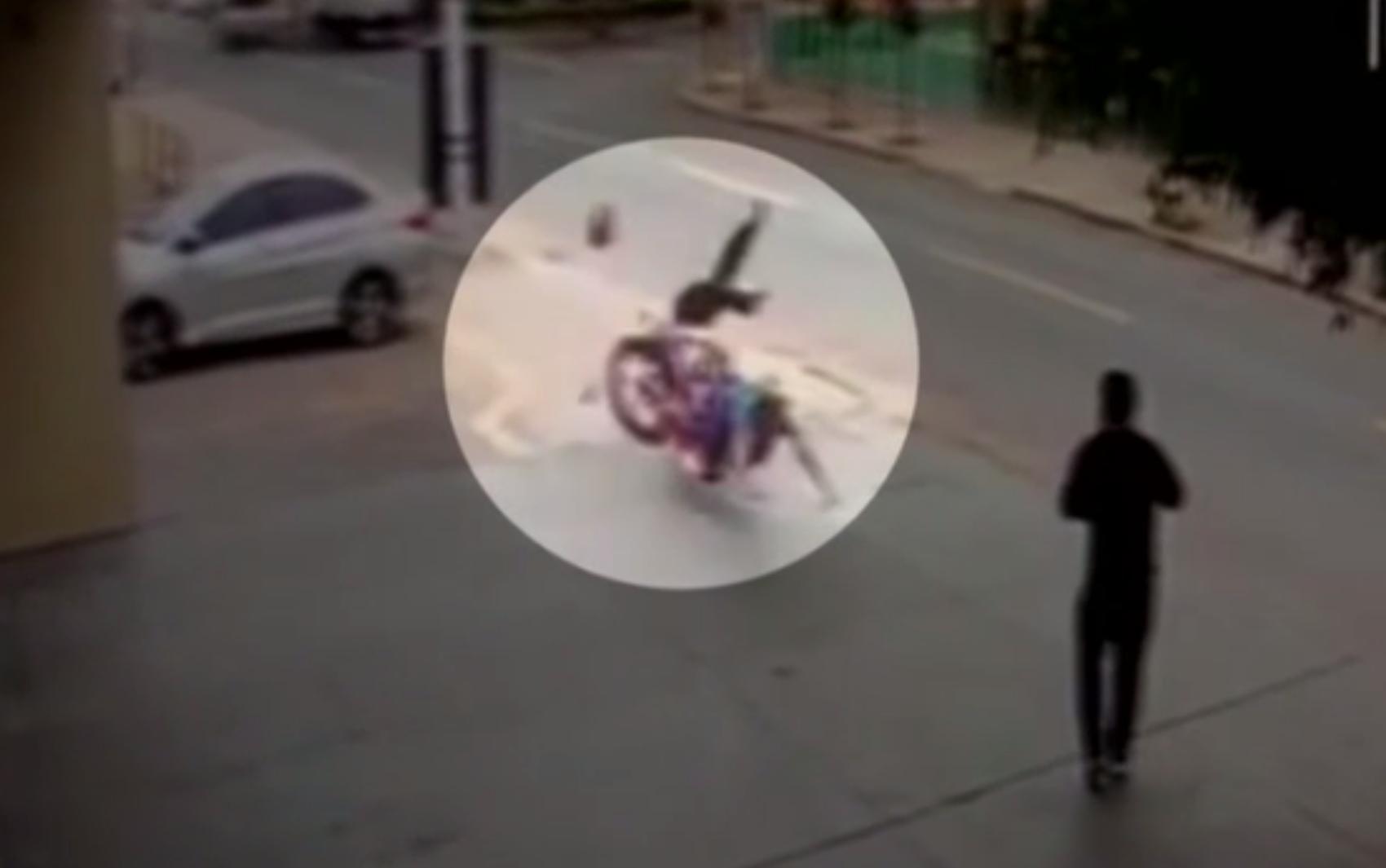 Vídeo mostra moto desgovernada invadir calçada, arremessar idoso e atingir empresário em Goiânia