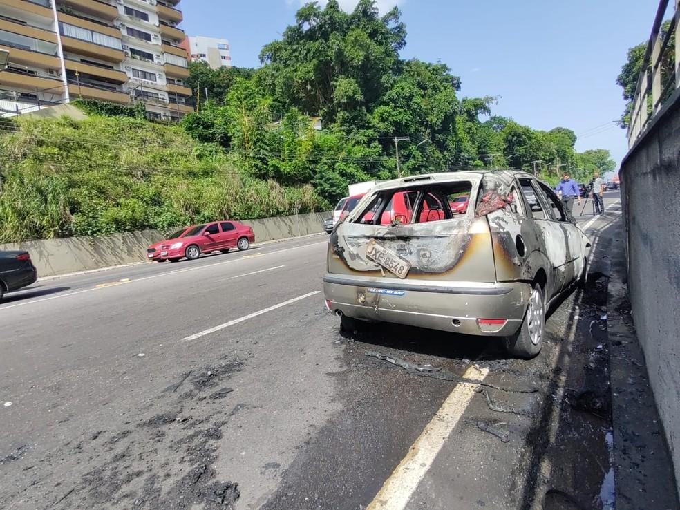 Carro pega fogo na Avenida Mário Ypiranga em Manaus — Foto: Eliana Nascimento/G1 AM