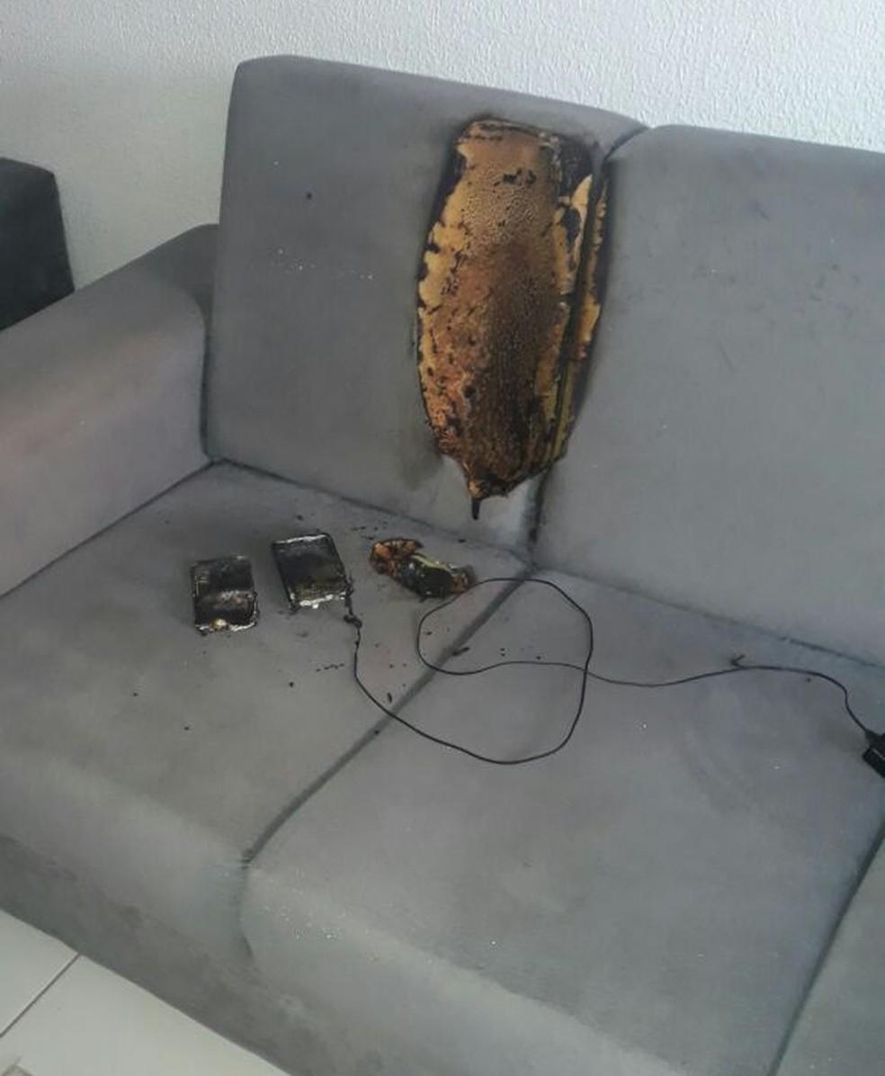 Moradora de Rio Preto (SP) se assustou quando foi ao banheiro e viu as chamas sobre o sofá (Foto: Ana Maria Leal Luciano/Arquivo Pessoal)