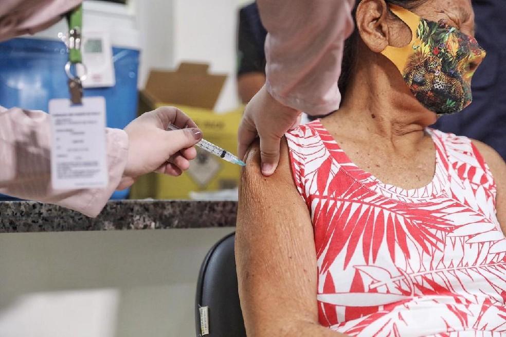Elidia Takiro Peruare, de 64 anos, foi a primeira indígena vacinada contra a Covid-19 em Mato Grosso — Foto: Christiano Antonucc