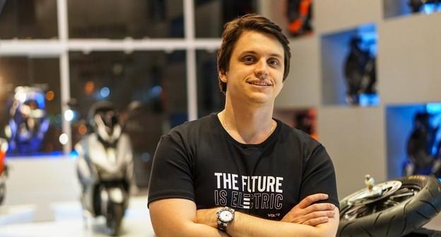 Empreendedor desenvolve scooter elétrica e abre franquias de showroom para venda