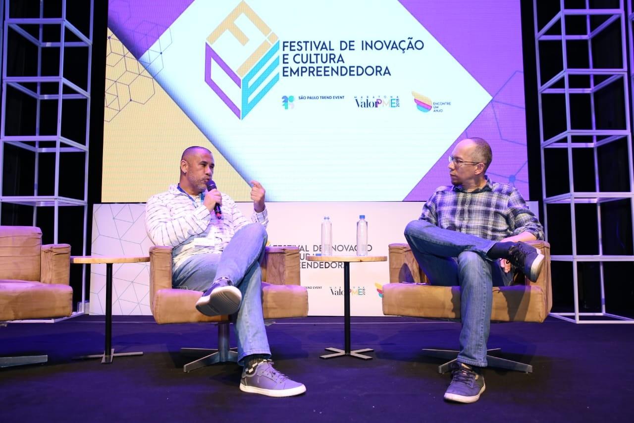 José Junior (à esquerda), fundador do AfroReggae, participa do FICE 2018 (Foto: Patrícia Basilio) (Foto: Alexandre DiPaula)