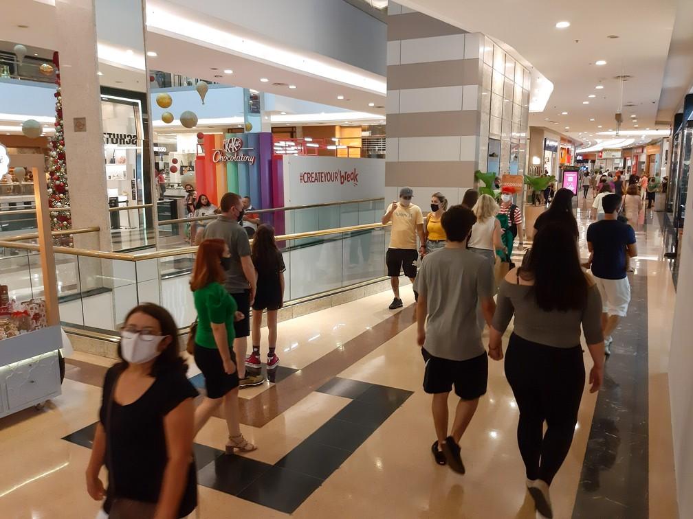 Movimentação em shopping na Zona Leste de São Paulo neste domingo (29). — Foto: Cesar Conventi/Fotoarena/Estadão Conteúdo