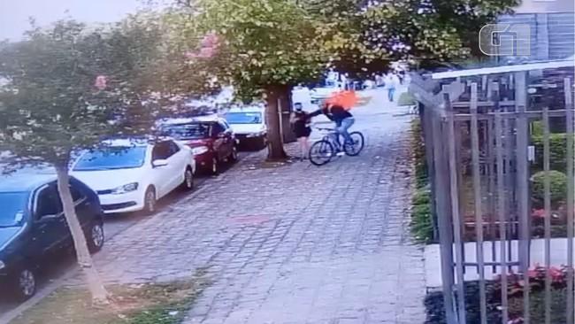 Mulher é furtada por ciclista com mochila de aplicativo de entregas, em Curitiba