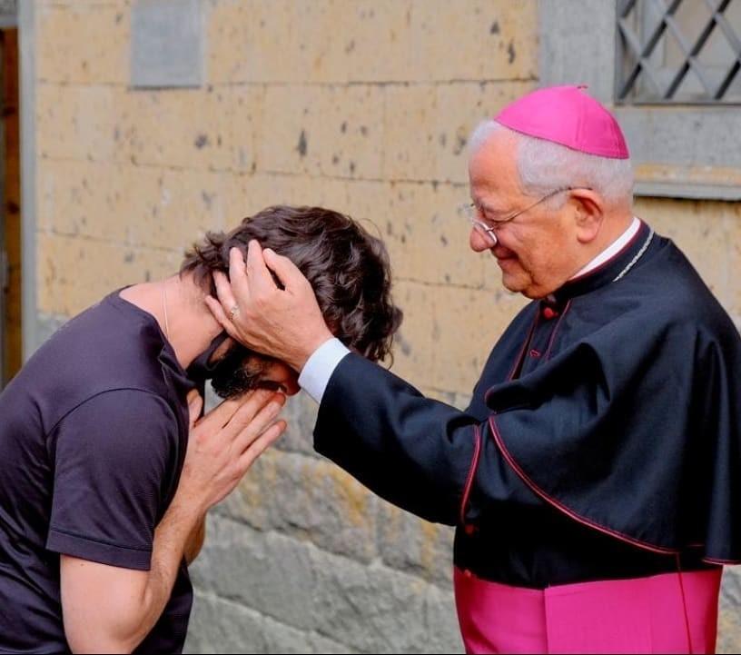 Padre Riccardo e o bispo Sigismondi (Foto: Reprodução Instagram)