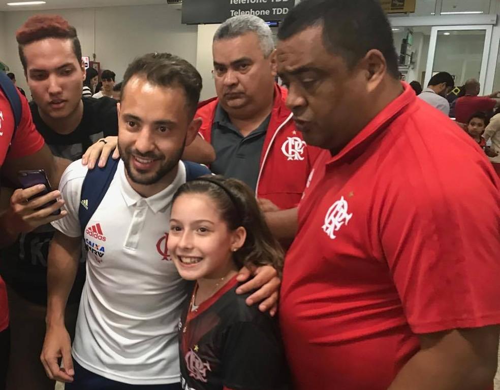 Chegada do Flamengo no Espírito Santo Everton Ribeiro (Foto: José Renato Campos/GloboEsporte.com)