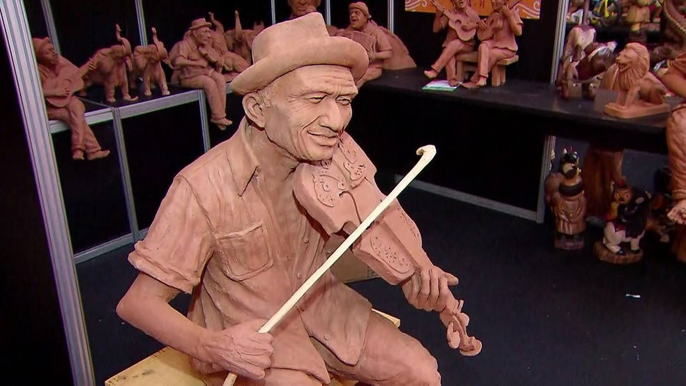 O artesão Fernandes Rodrigues criou uma estátua do Mestre Salu em barro para a Fenearte 2018, que tem início nesta quarta (4), em Olinda (Foto: Reprodução/TV Globo)